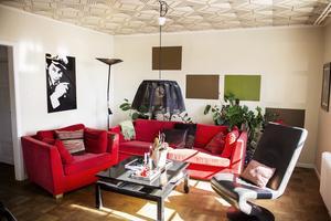 Vardagsrummets tak är tapetserat, det ger en kul och oväntad känsla till rummet.
