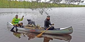 Med hjälp av kanot var det lätt att komma åt skräpet längs Ljusnans stränder. Fotograf Inga Björk.