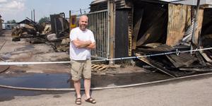 Byggföretagaren Anders Jonsson tror att han förlorat värden för minst en halv miljon kronor. Han var bedrövad när han kollade på de förkolnade resterna dagen efter storbranden.