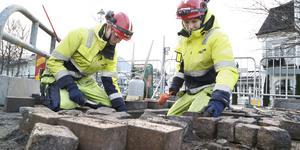 Andreas Fjäll och Kasper Gustafsson gör om delar av stensättningen på Sjötullstorget som invigdes i slutet av september.