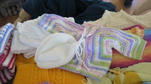 Allt från små koftor och tröjor till filtar och  sockar ligger uppradade på flera långbord i Björsjökyrkans lokaler.