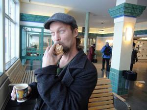 – Känns märkligt att man inte ska kunna köpa tågbiljett på tågstationen, säger Tommy Albertsson, resenär på väg från Östersund.