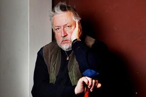 Kriminologen Leif GW Perssons teori är att exmaken drogades, dränktes i ett badkar och därefter dumpades i Mälaren där han hittades.