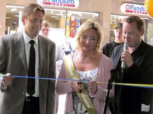Bandklippning. Peter Liss, vd för AB Västerås lokaltrafik, Maria Rydström, områdeschef och kommunalrådet Andreas Porswald (MP) talade under invigningen.