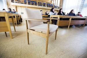 Stolen Diplomat, designad av Finn Juhl. Sandvikens kommun har 60 stolar i kommunfullmäktigesalen och nu ska dessa renoveras till en kostnad av 400 000 kronor.