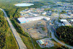 Juni 2005.       Ett år efter invigningen av Lillänge utökas området med Elgiganten och Lillänge tog första stegen mot att bli en ny handelsplats i Östersund. Sedan dess har även butiker som Jula, Ica Kvantum, Hööks, Team Sportia och Toys R Us flyttat in. Lagom tills julhandels drar i gång i år förväntas även sportbutiken XXL att öppna sina portar.