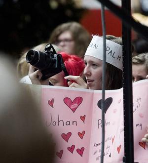 JAG ÄLSKAR DIG; SNYGGING. 16-åriga Sofie Fröjd från Bollnäs stod längst fram vid scenen med sitt kärleksplakat. Efter framträdandet ställde hon sig i den evighetslånga kön och väntade tålmodigt på att få överlämna sin kärleksförklaring.