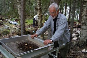 Bo Ivarsson söker förgäves efter  fynd i jorden som han sållar.