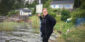 Krögaren Inger Andersson i Stämmarsund är upprörd över att ångbåtsbryggan nu inte får trafikeras mer.