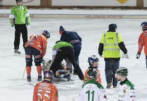 Lagkapten Andreas Westh checkar läget med Kasper Milerud på väg ut på bår från söndagens match på Sävstaås.