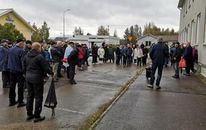 Det oväntat stora antalet vandrare trotsade regn och rusk. Här vid Centralgatan med gamla polishuset, macken och Syntema.