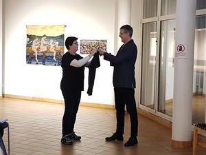 Erik Norberg avtackas med en släktforskartröja