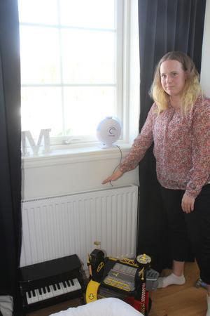 Sonen Milian når inte upp till sitt eget sovrumsfönster och måste ställa sig på sitt leksakspiano för att kunna se ut. Det är för att fönstren sitter ungefär 20 centimeter högre upp än ritningarna angav. Så är det på flera håll i huset.