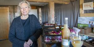Lena Ryberg-Ericsson på Köpings musteri hoppas att fler matproducenter ska kunna samarbeta och hitta vägar till gemensamma lösningar och matupplevelser. På disken denna dag står gårdens egen äppelmust och smörgåsar från Skeppshandelns bageri med pålägg från flera lokala producenter.