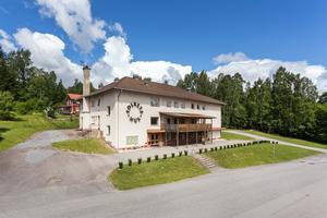 Foto: Malin af Kleen/ Bostadsfotograferna. Ett Folkets hus kanske kan vara något? Nu är Folkets hus i Storå i Lindesbergs kommun till salu. Priset är 1 695 000 kronor.