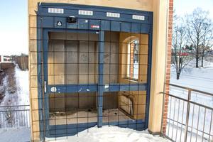 Under flera år har hissen vid trappen stått oanvänd
