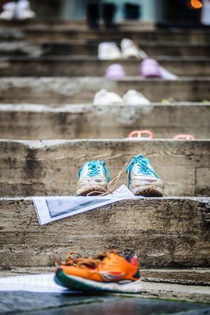 Skorna var uppställda som en påminnelse om utvisningarna av afghanska flyktingungdomar.