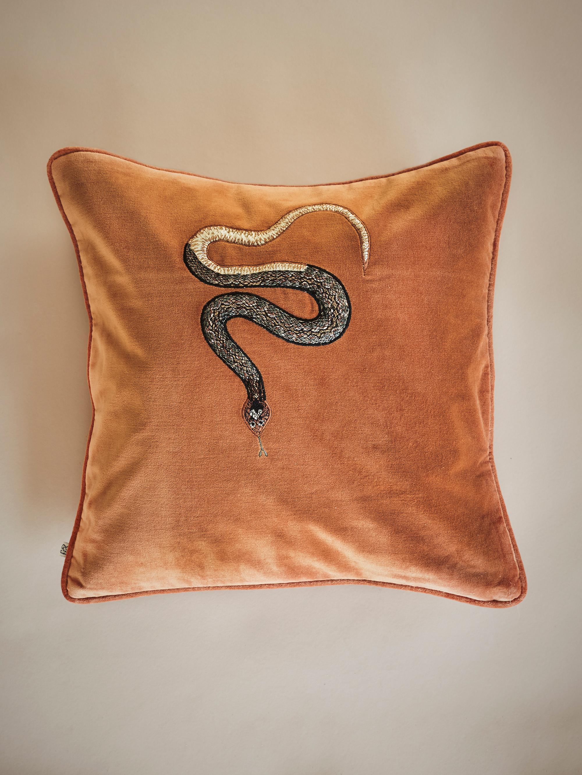 Kobra på en sammetskudde från Chhatwal&Jonsson , 50 x50cm, 650 kronor.