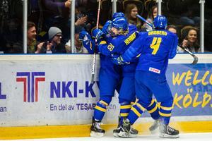 Sverige jublar efter Raymonds mål. Foto: Johan Löf/Bildbyrån.