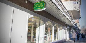 Mannen försökte stjäla två flaskor från Systembolaget i Köping, men misslyckades med det.
