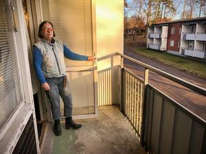 Pauline Lindström ställde in ett elelement i sin lägenhet för att få upp värmen. Enligt fastighetsägaren berodde problemet på en strulande pelletspanna.