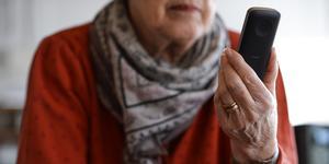 Bild: Per Larsson /TT/ Genrebild på äldre person med mobiltelefon.