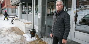 Byggherren och fastighetsägaren Klas Lif vid en av de fastigheter som han äger i centrala Östersund och där det är kafé med kontorplatser.