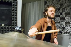 När han började trumma väcktes en ny känsla hos Niklas Willar Lidholm. – Jag gillade att känna studsen i handen av trumpinnen.Jag var i energin av trummorna och gav min energi till trumpinnen ut i trumsetet, förklarar han.