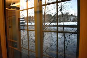 Vårdcentral Koppardalen med älven precis utanför fönstret.