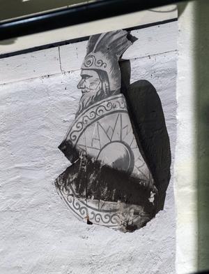 En indian vakar över teatern långt uppe på väggen i scenhuset på Söderhamns teater. Foto Anna Hedelius
