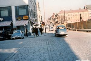Bild 10:  1961. Ledtråd: Bakom planket till höger pågår 1960-talets största byggprojekt i Örebro. Fotograf: Anna Steen (Bildkälla: Örebro stadsarkiv)
