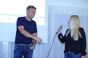 Björn Sahlqvist får mikrofonen av Hanna Jonasson från Företagarna Örebro-Värmland och berättar kort om sitt företag.