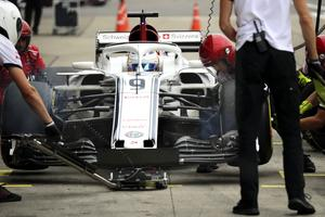 Marcus Ericssons kval i Japan blev kortvarigt. I Q1 kraschade han och startar sist i morgondagens race. Foto: AP Photo/Ng Han Guan