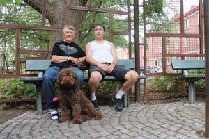 Mats Nygren och sonen Göran Carlsson är inte rädda för att vistas i Karl Johan-parken på kvällar.