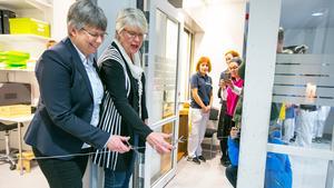 Till vänster områdeschefen för Folktandvården i Region JH, Kristin Gahnström Jonsson, och regionstyrelsens ordförande  Ann–Marie Johansson (S) klippte av tandtråden – och så var tandakuten invigd.