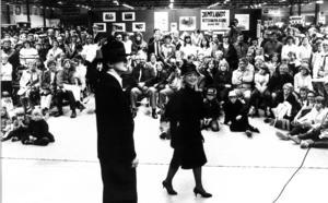 Ägarna till veteranbilarna på utställningen 1983 hade naturligtvis matchande kläder. Här Greger Bosch och Carina Henriksson, Strömsund.