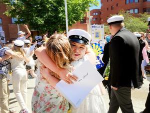 En lycklig Ida Strid fick en varm studentkram av Mikaela Wärnelid.