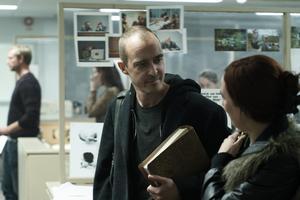 Jonas Karlsson spelar journalisten Hannes Råstam i filmen Quick. Foto: Pressbild