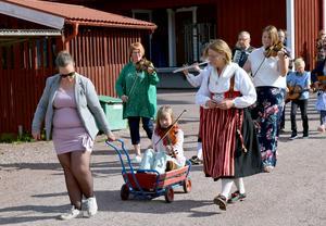 Susanne Mattes Gertnern och Viktoria Hermansson var två av flera som turades om att dra kärran med fiolspelande Alice.