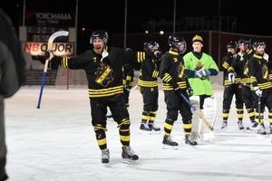 Carl Brohäll jublar efter att AIK säkrat elitseriespel nästa säsong.