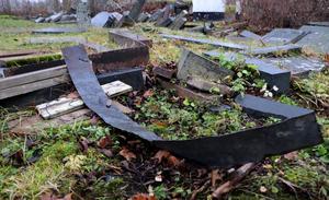Skräp och bråte ligger slängt bland gravstenarna i Edebo.