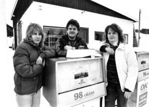 1982 startade det så kallade Laxsjö-projektet av högskolan i Östersund. Det var ett projekt som gick ut på att undersöka och analysera hur glesbygdsorter skulle kunna överleva. Ett konkret resultat blev att Barbro Haglund, Lasse Elofsson och Carina Elofsson öppnade bensinmack och verkstad i Laxsjö.