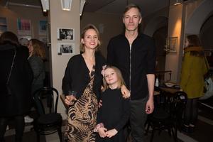 Grete Havnesköld, producent för pjäsen och projektledare på Livet bitch, med Lily Havnesköld och Olle Lundvall.