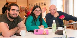 Mustafa Al-heran från Irak och Priscila Lindfors från Brasilien satt och pratade grammatik med Max Claesson.