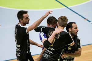 Fredrik Johnsson kramas om efter 1–0-målet mot Djurgården.