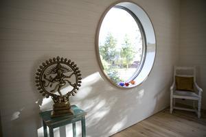 Inne i yogasalen finns det gott om fönster för att skapa ett rofyllt ljus.