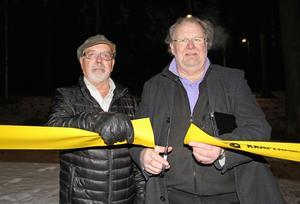 Berndt Nygårds (S) och Ove Ahlinder (C) närvarade vid invigningen som kommunfullmäktiges representanter. Det ombesörjde också den traditionella klippningen av bandet.