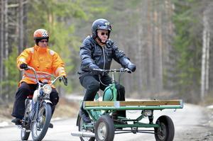 Åker trehujligt. Lennart Sander åker trehjuligt, tätt följd av Bo-Göran Svensson.