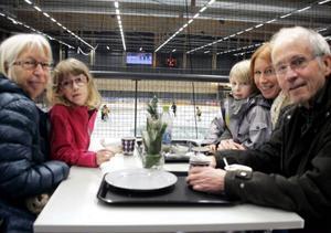 För första gången fikade de samtidigt som de tittade på ishockey, Elisabet och Björn Lindgren från Tyresö. De hälsade på dottern Emelie Strand och barnbarnen Elda Strand, 6 år, och 4-årige Alvin Strand.