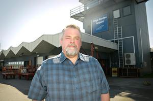 Flygplatschef Per Enroth jobbar för fullt för att försöka rädda situationen efter konkursen för Nextjet.